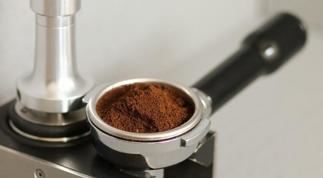 Einfach nur Kaffee - Siebträger mit Kaffeepulver